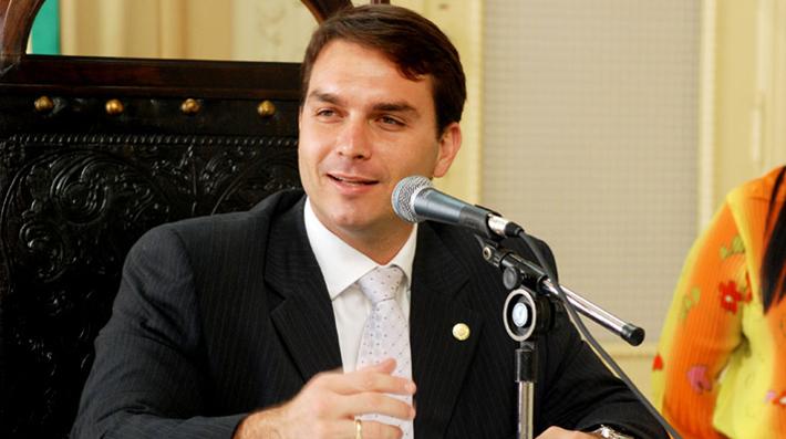 Flávio Bolsonaro quer acabar com coordenadoria que protege LGBTs