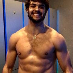 Noah Centineo posa sem camisa para mostrar os músculos de HE-MAN