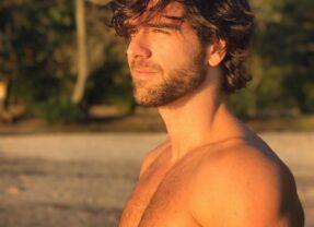 Marcos Pitombo exibe peitoral peludo e ostenta corpão sarado na web